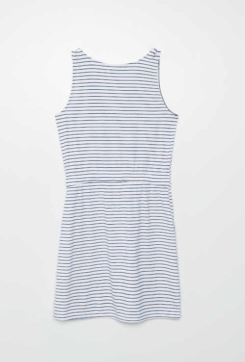moderní šaty v proužkovaném provedení