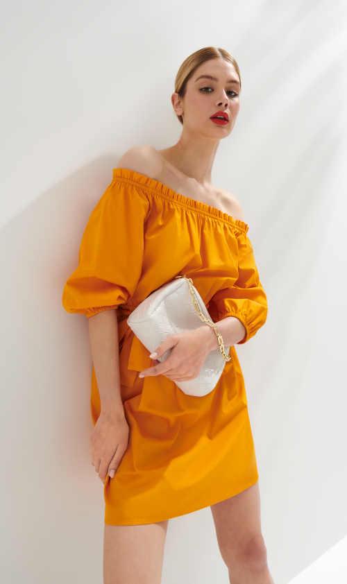 oranžové moderní šaty s páskem