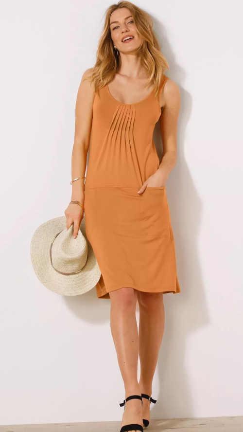 Jednobarevné úpletové šaty s efektivním řasením vpředu