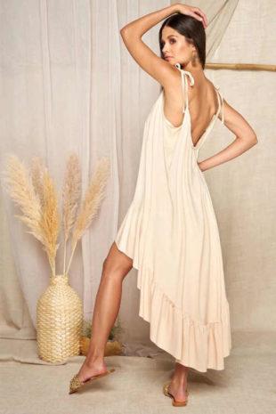 Béžové šaty v rafinovaném střihu zakončené volánovým lemem