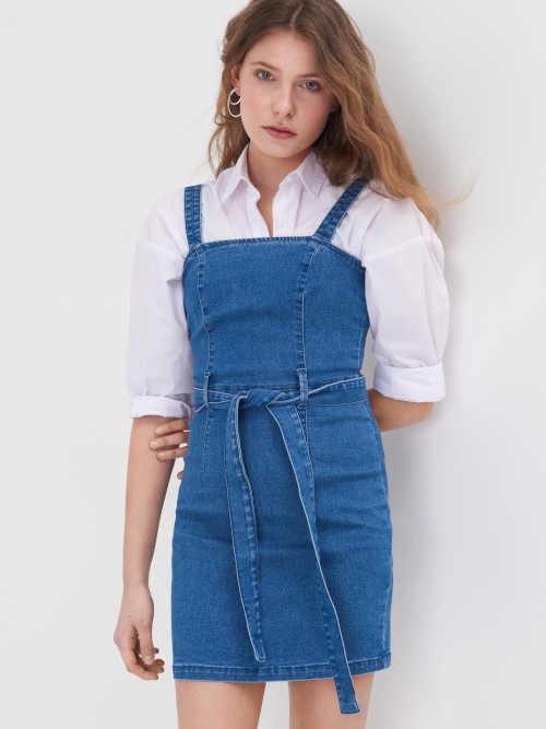 Džínové šaty na ramínka s páskem v sexy mini délce