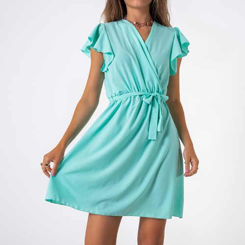 Krátké dámské vzdušné šaty v působivém střihu a barvě