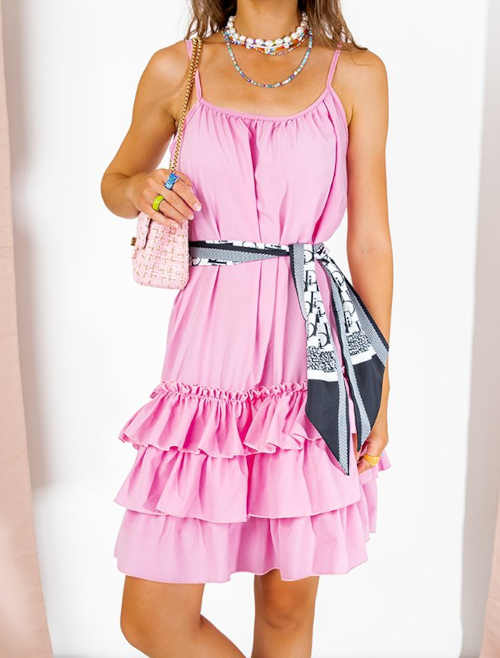 Růžové šaty na ramínka volného střihu zdobené volánky