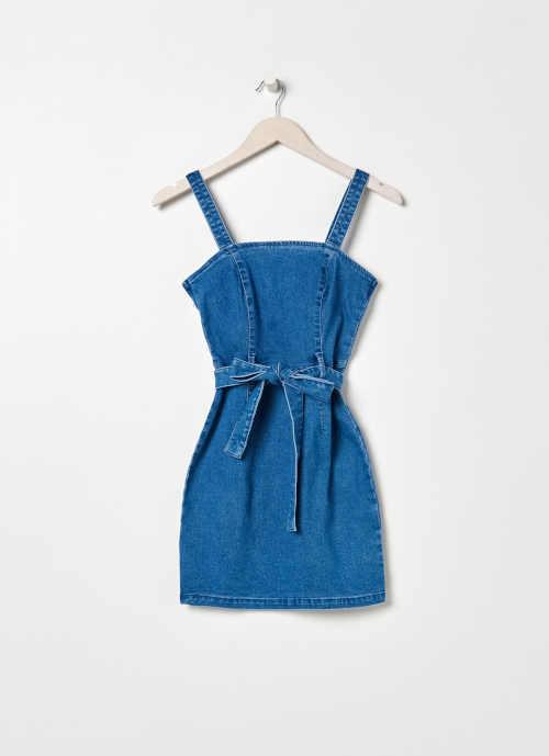 denimové šaty v krátké délce