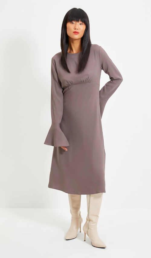 Elegantní dámské šaty v midi délce s rukávy do zvonu