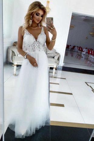Luxusní dlouhé dámské šaty s půvabnou výšivkou