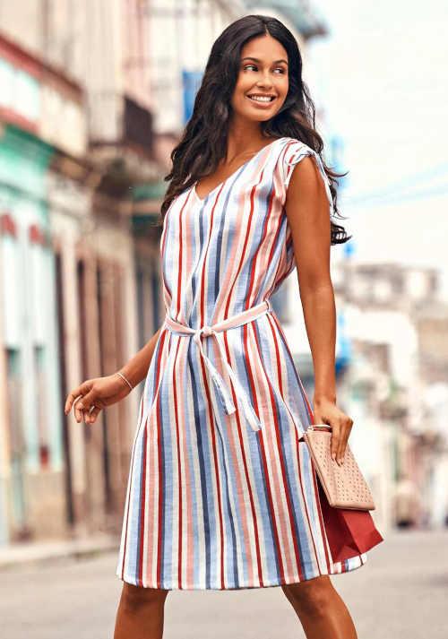 Moderní dámské pruhované šaty s páskem a řasením na ramenou