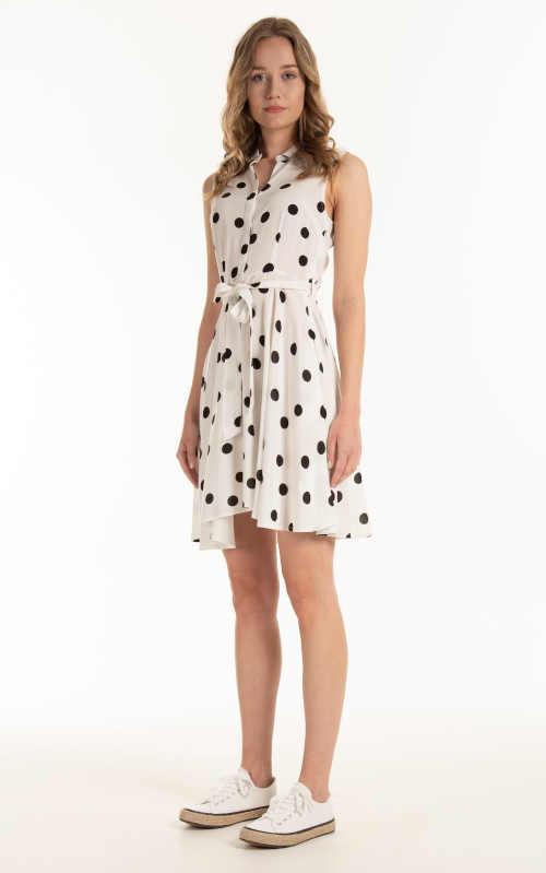 krátké šaty v puntíkatém vzoru