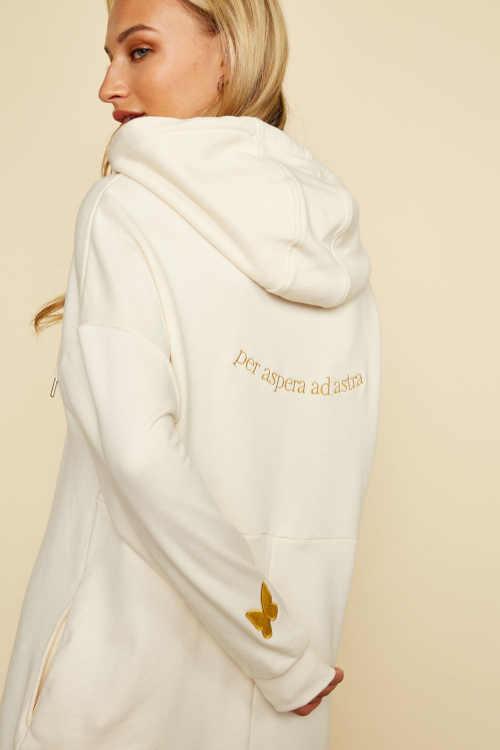 moderní šaty s kapucí