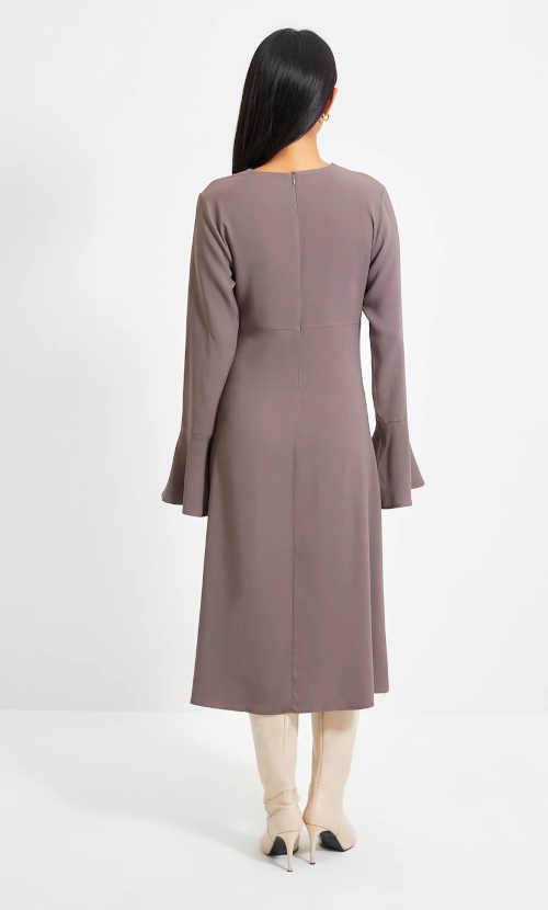 stylové šaty v pastelové barvě