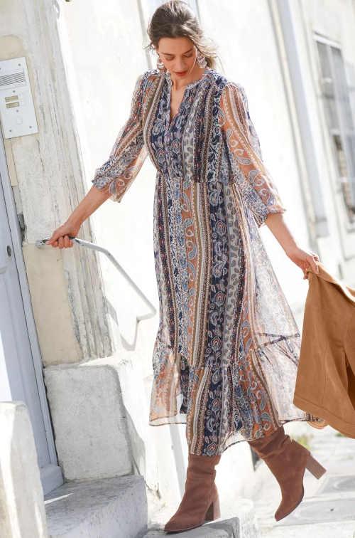 Dlouhé šaty s potiskem zakončené volánovým lemem