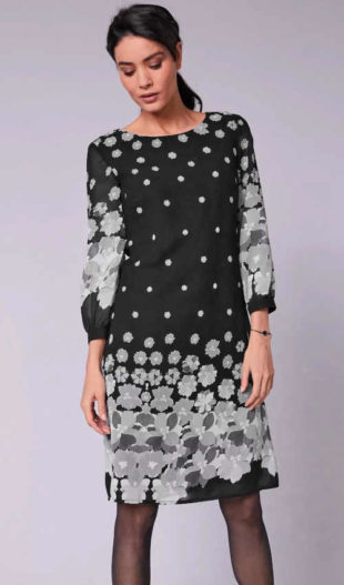 Elegantní šaty v komfortním střihu s moderním potiskem