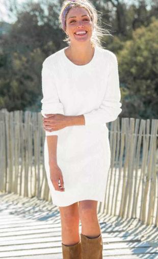 Pletené šaty v délce ke kolenům v bílém provedení