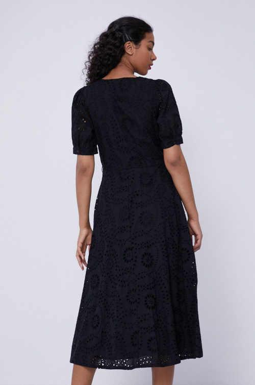 černé šaty ke kolenům