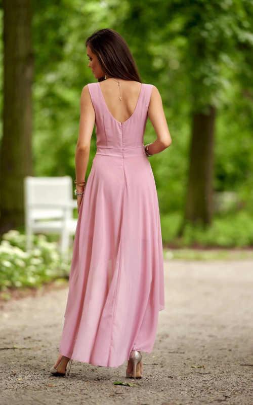 růžové šaty s výstřihem