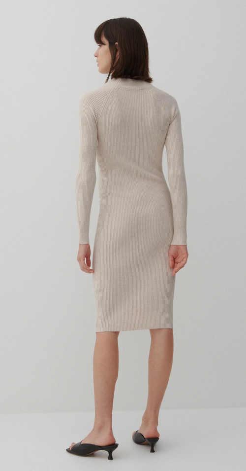 úpletové šaty ke kolenům
